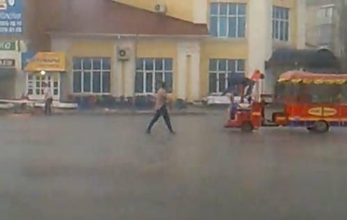 Одинокий танцор на праздновании «Дня города Рыбное - 2013» под дождем и градом. Видео
