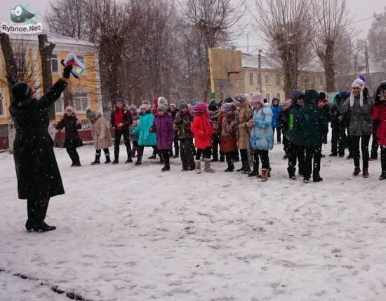 Прямо в центре города юные рыбновцы провели веселый калейдоскоп, посвященный дню Конституции