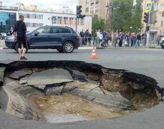 В центре Рязани на площади Победы провалилась дорога. Видео