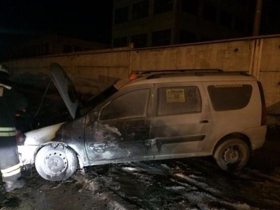 В машину такси «Ларгус» в Рыбном кинули кирпич