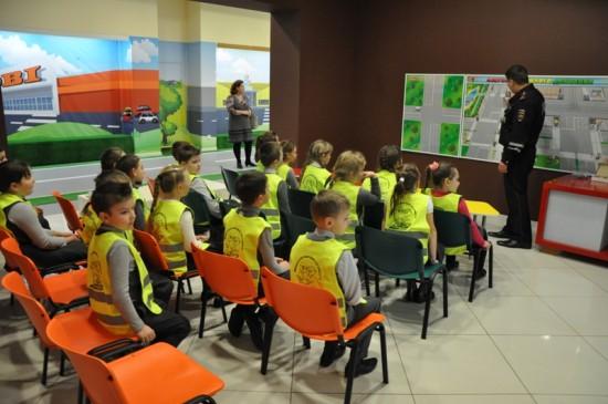 Рыбновское ГИБДД с ТРЦ «М-5 Молл» провели мероприятие правил дорожного движения детям